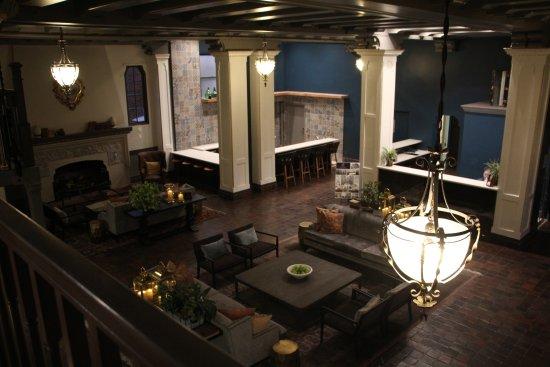Petaluma, Kalifornia: Swanky-looking, though vacant, lobby
