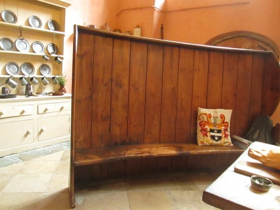 Yelverton, UK: Massive Pew in the Kitchen.