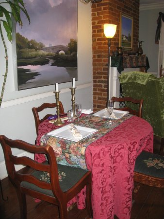Armstrong Inns Bed and Breakfast: The breakfast table with candles lit by Patrick.