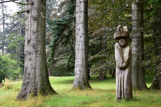 Llanwddyn, UK: Sculpture park - this place could be really special with a tidy up.