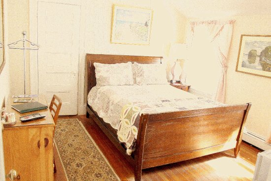 Coolidge Corner Guest House: The Sunshine Room - Queen bed and shared bath