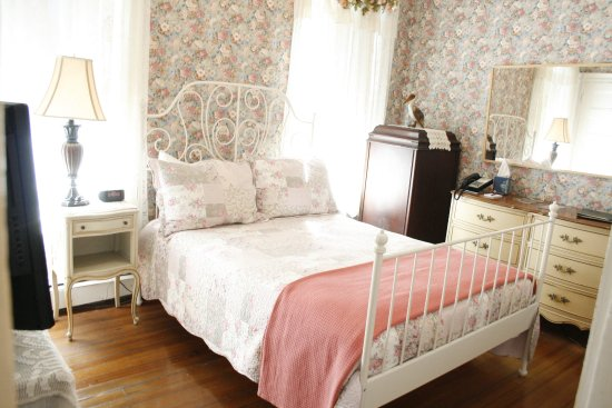 Coolidge Corner Guest House: The Rose Room - Full bed and shared bath