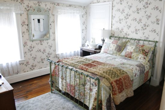 Coolidge Corner Guest House: The Lilac Room - Full bed and private bath.