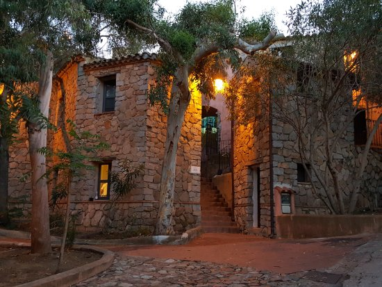 Arbatax Park Resort - Borgo Cala Moresca: Plusieurs batiments éparpillés dans la nature