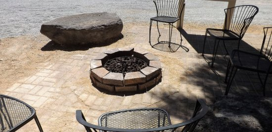 Shoshone, Kalifornien: Fire Pit Lit at night under the stars
