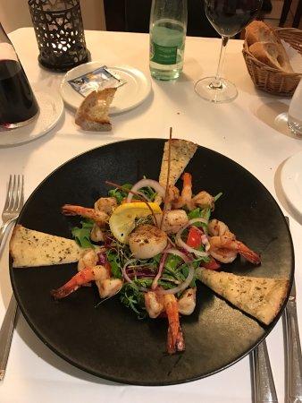 Arnex-sur-Orbe, Suisse : Salade de crevettes et saint -Jacques , entrecôte rassise sur l'os beurre maison pommes allumett