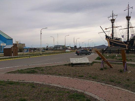 Puerto San Julian, Arjantin: Barco, visto desde la plaza. Muy bonito para visitar si van a San Julián.