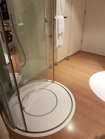 citizenM Schiphol Airport: and the shower..