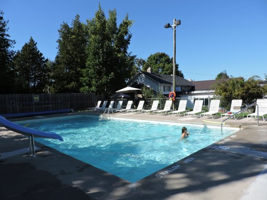 Bruce Peninsula, Canadá: Heated Saltwater Pool open all season.