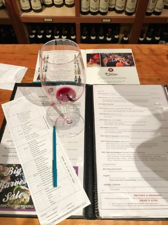 Santa Helena, Califórnia: Wine tasting at V. Sattui Winery