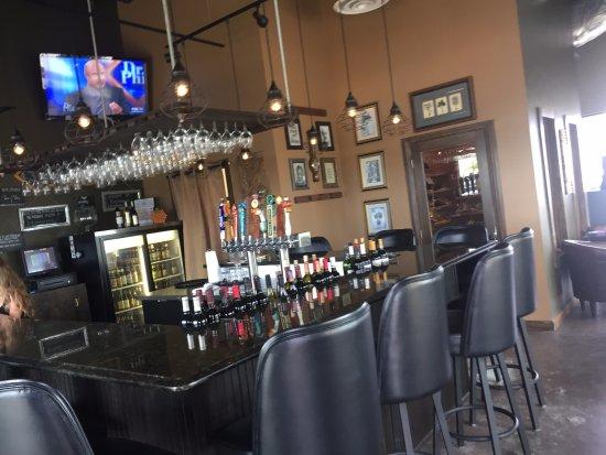 Tavares, FL: bar and cigar humidor