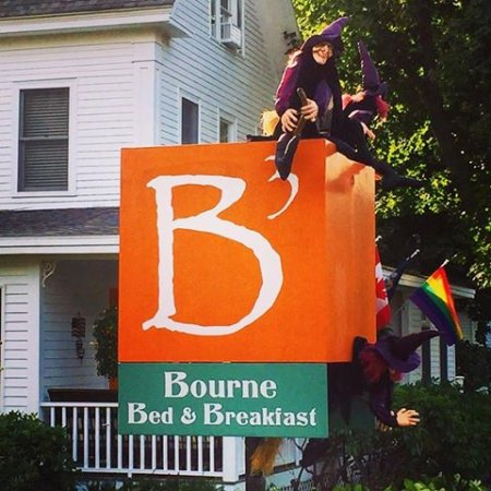 Bourne Bed & Breakfast: 3 witches hanging out at B3