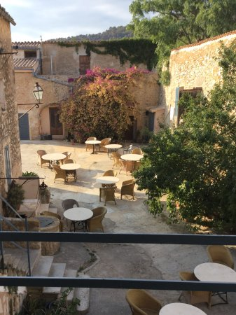 Binissalem, Spanien: Gården hvor man spiser morgenmad og en del værelser har sin indgang fra.