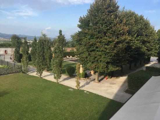 Cherasco, Italia: גן המלון