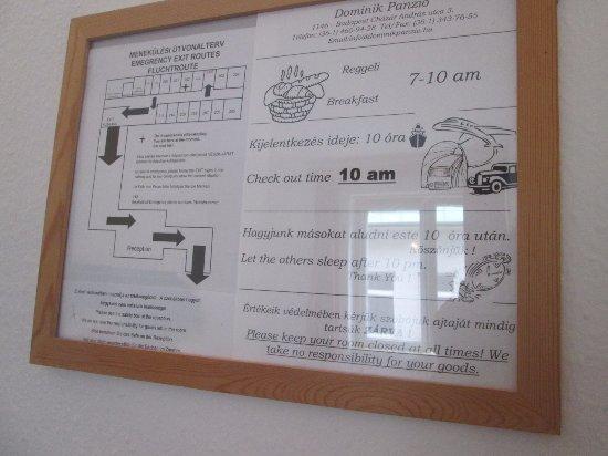 Dominik Panzio: horário do café da manhã no quadro do quarto, no entanto, não oferecem café