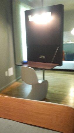Nassau Suite Hotel: Lugar con escritorio y plasma