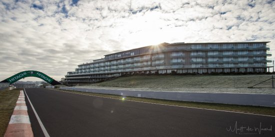 Bathurst, Австралия: The Rydges Hotel at the base of Conrod Straight and the Chase