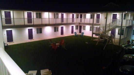 Julie's Park Cafe & Motel: Courtyard at night