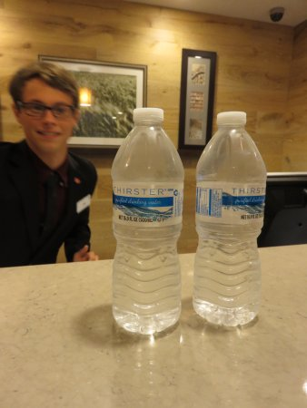 Country Inn & Suites By Carlson, Lexington: Complimentary water at check in