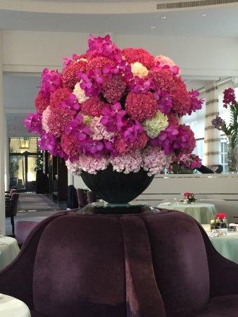 Baur au Lac: Hotel restaurant-there is a flower arranger on staff