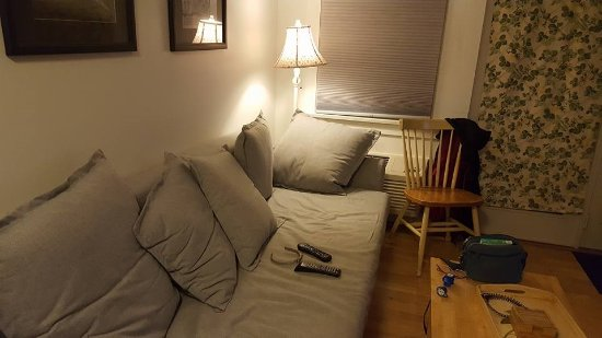 Crow's Nest Resort: Cozy living room to rest and watch tv after long day in the beach.