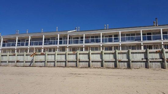 Crow's Nest Resort: Beach is that close.