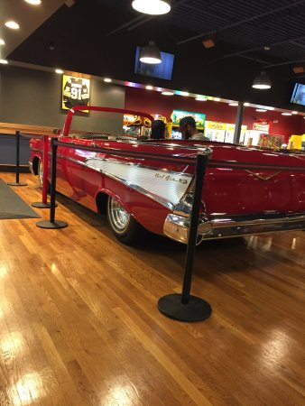 Saugus, Массачусетс: Friendly staff. Nice burger, well cooked. Clean, gameroom, big and spacious. A chevy dinner tabl