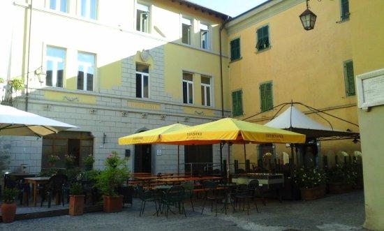 Bagnone, Italy: Esa es la fachada del Hotel Forestería Gutula, y al costado derecho el Café Marconi. Bellísimo!!