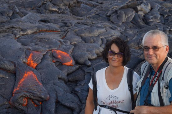 Keaau, Χαβάη: Couple enjoys a pleasant morning hike and lava flows