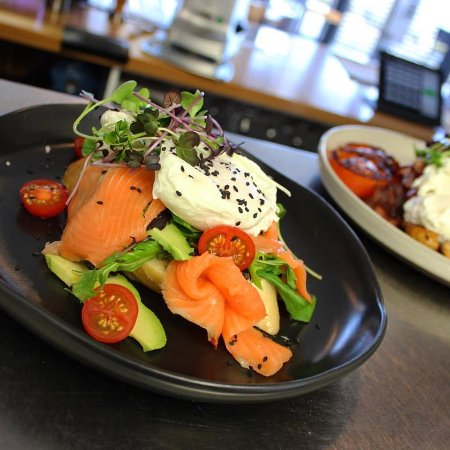 Motueka, Nueva Zelanda: Cold smoked marlborough king salmon, avocado, heirloom tomatoes, rocket, sourdough, poached eggs
