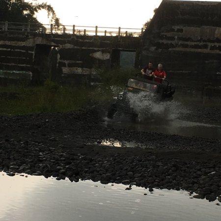 Sleman, Ινδονησία: Through the water