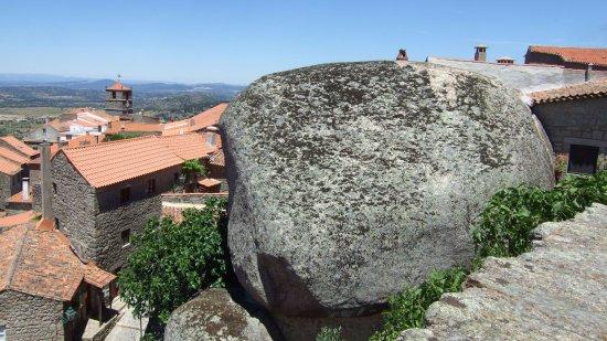 Monsanto, Portekiz: 村内の巨石