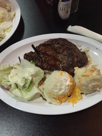 Holtville, Californie : Great steak. $10 steak night. Good atmosphere. Usually live music on Wednesdays but not today. L