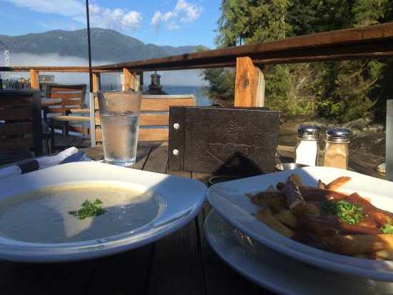 Port Renfrew, Canadá: We stopped by for a quick meal and had amazing seafood chowder and really good poutine. The loca