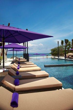 The Sakala Resort Bali: Sakala Beach Club Sun Loungers