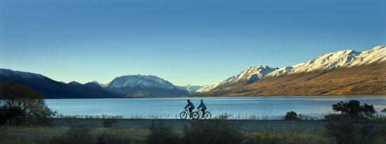 Lake Ohau Lodge: Biking towards the Lodge