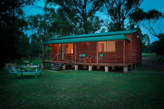 Hunter Hideaway Cottages: Cottage by night