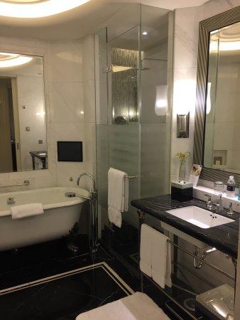 โรงแรมแฟร์มอนท์ พีซ: Huge room and huge bathroom