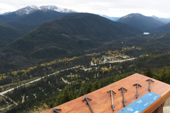 Manning Park, Canadá: Cross the Hwy and drive up to the viewpoint to look down on the resort . Beautiful!