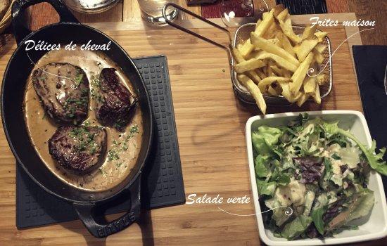 Moutier, Suiza: Délices de cheval aux 5 poivres flambés au Cognac, frites maison et salade verte