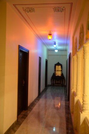 Hotel Laxmi Niwas: coridoors