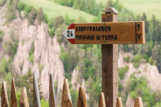 Soprabolzano, إيطاليا: Dalla stazione di Collalbo il sentiero 24 porta alle piramidi di terra
