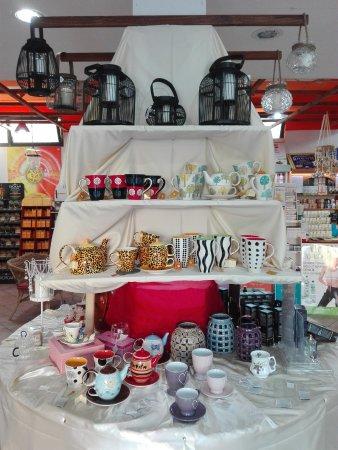 Aprilia, Italien: Assortimento di oggettistica