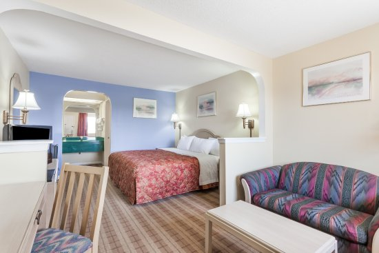 Days Inn Clinton: King mini-suite