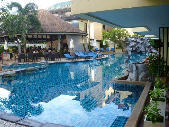 Palmyra Patong Resort: Pool and Restaurant