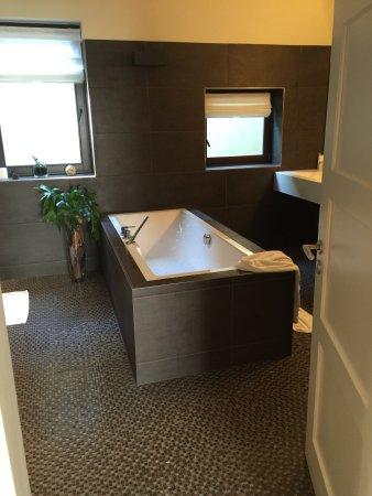 Veitshochheim, ألمانيا: Badewanne in der Suite Zimmer 11
