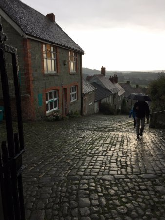 Shaftesbury, UK: Gold Hill after the thunderstorm lightning and downpour looking out The Salt Cellar