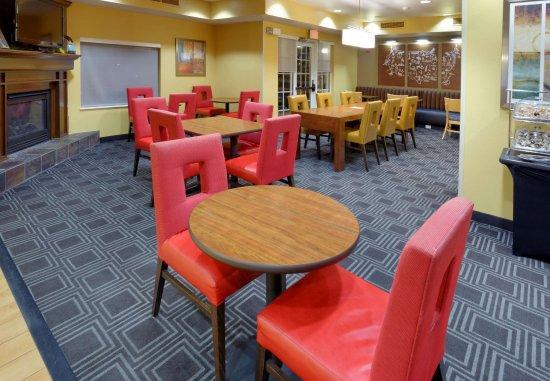 Joplin, Missouri: Breakfast/Lobby Seating