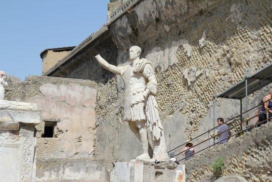 Ercolano, อิตาลี: Say hello to the emperor