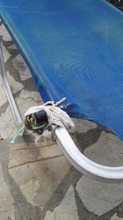 Blue Princess Beach Hotel & Suites: kaputte Liegen am Pool